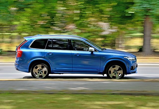 Blauer Volvo fährt auf Straße