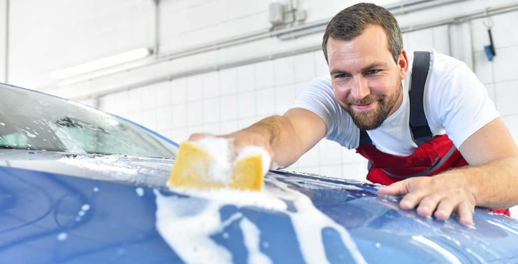 Außenreinigung: Autowäsche per Hand vom freundlichen Volvo-Mitarbeiter in München